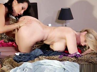 Teen MILF lesbian play